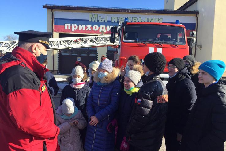 Сироты и «трудные» подростки познакомились с профессией пожарного
