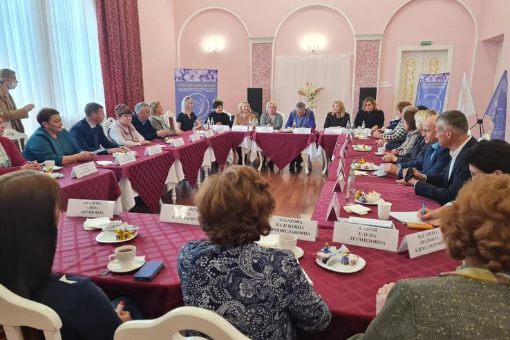 Александр Дрозденко встретился с женсоветом 47 региона
